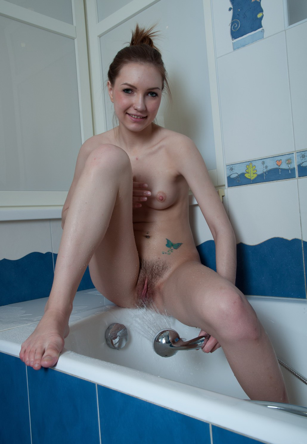 Голая девочка 18 лет в ванной с волосатой киской